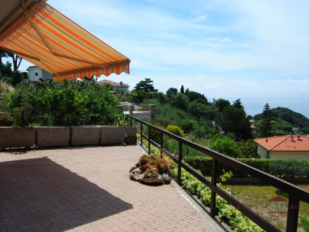 Two Bedroom Apartment with Garden and Sea View